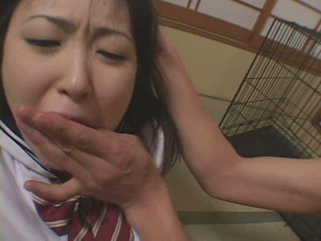 乱暴な扱いを受ける雌犬JK。奉仕を強制され、絶対恭順を強いられる