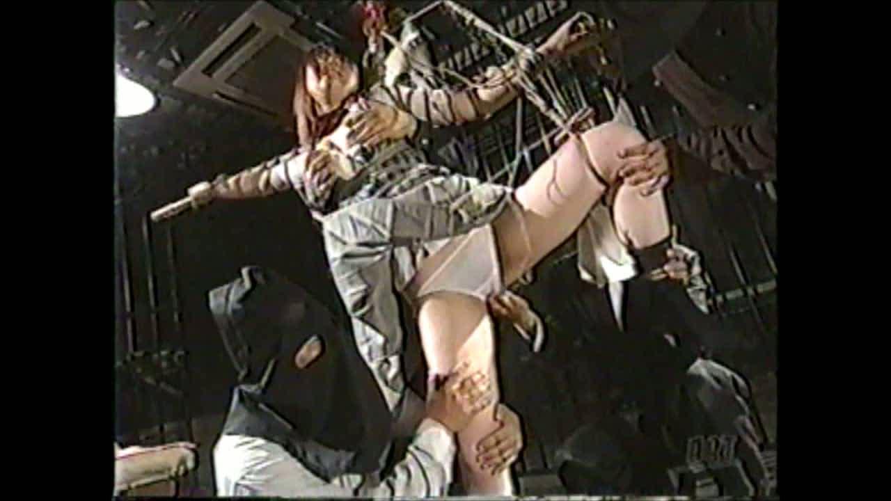 女子校生が覆面の変態集団にSM調教。両手を竹に拘束されヤメテと抵抗する娘のパンティにローターをいれ放置。振動にアクメしだらしなく失禁お漏らし辱めを受ける。