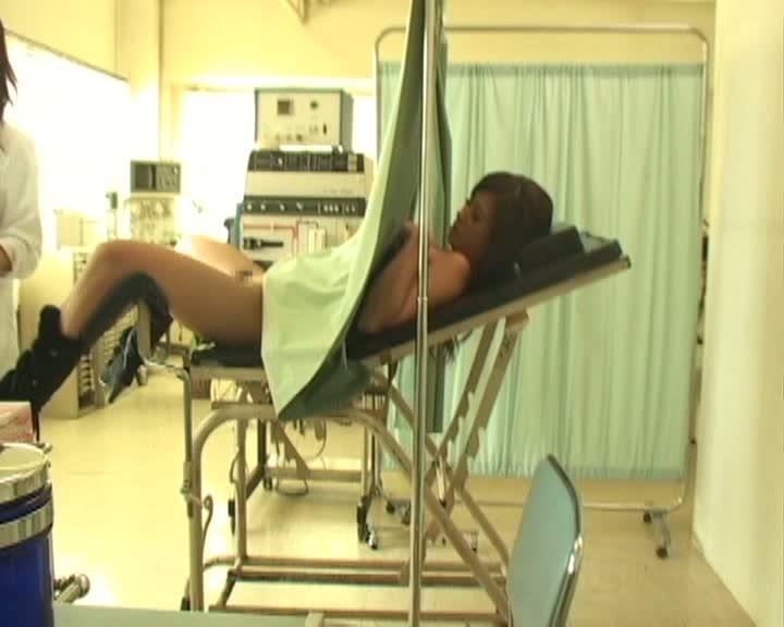 産婦人科に診察に来たGALを寝かせクスコを入れてレズビアンプレイするドS女医…